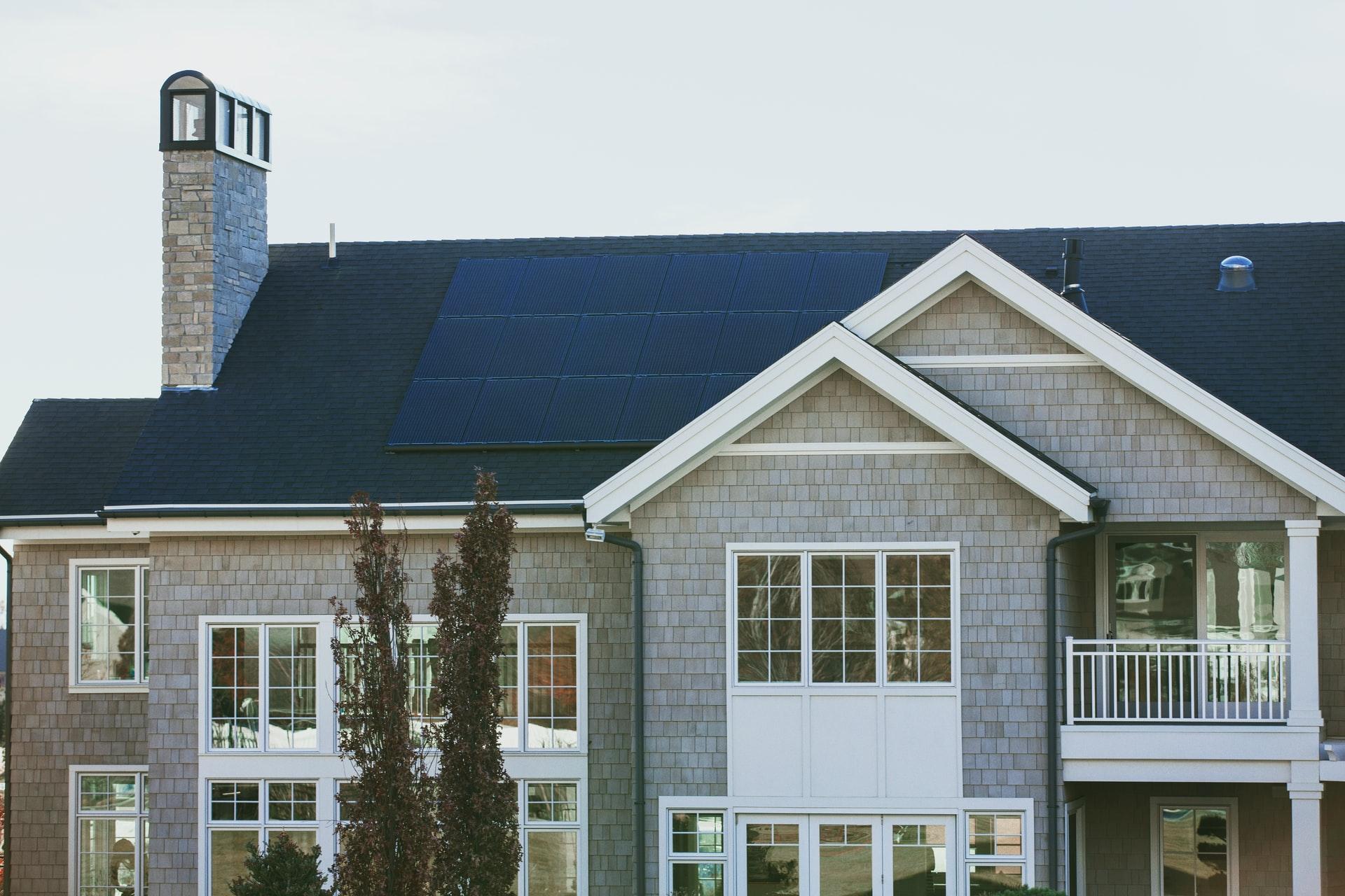 duurzaam zonnehuis met zonnepanelen