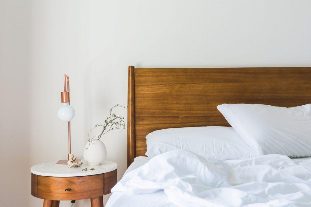 bed met bedlamp