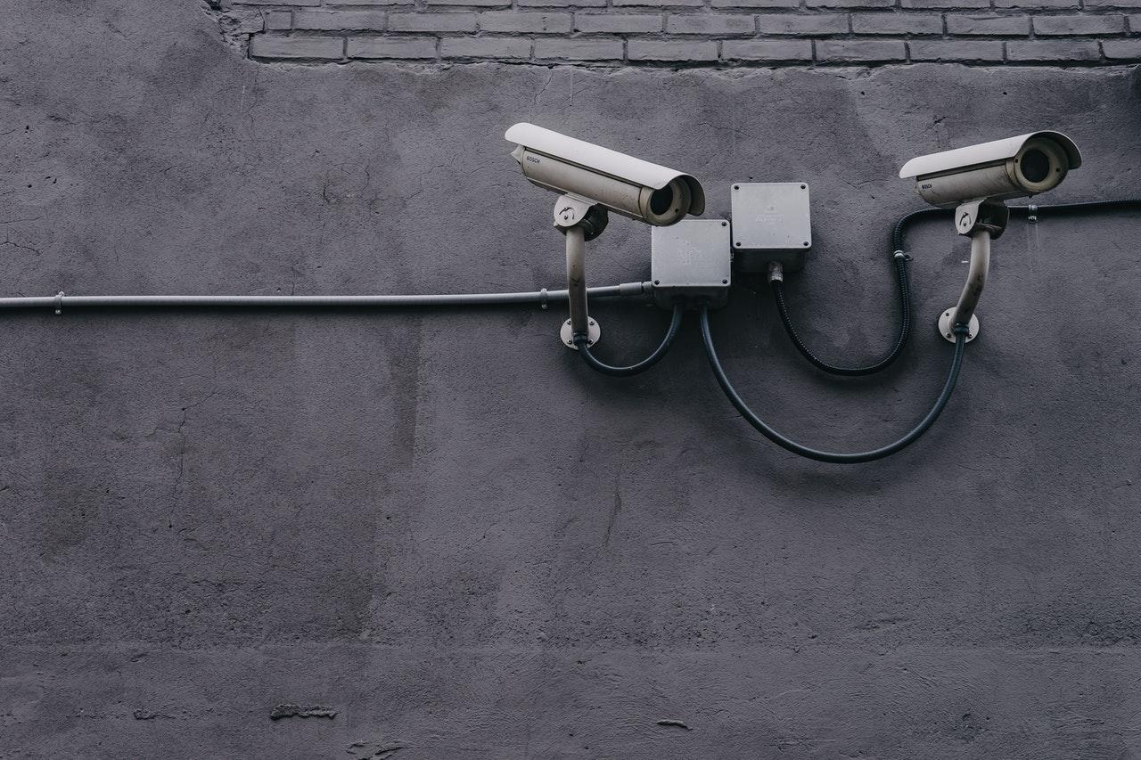 beveiligingscamera aan muur